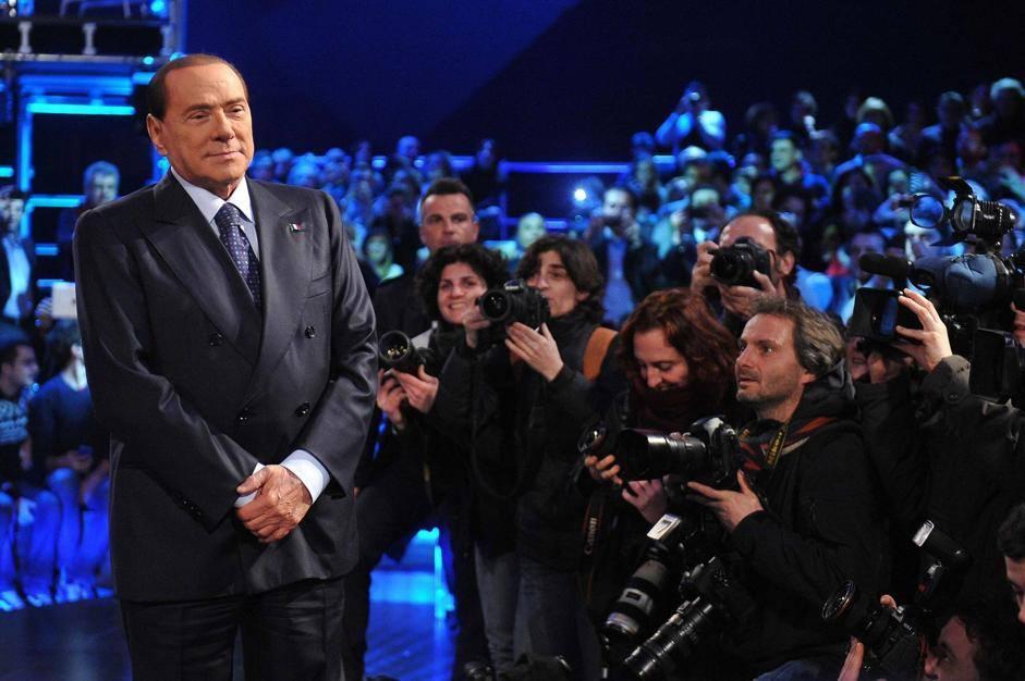Silvio, un gigante della comunicazione. Altre due volte da Santoro e vince le elezioni. Purtroppo…